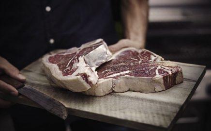 T-bone steak wyserwowany z zmrożonym podwędzonym masłem whisky