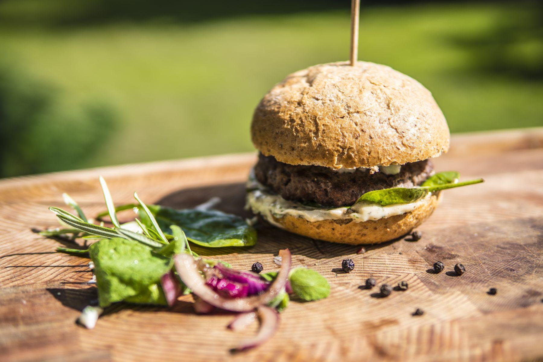 Grillowany Burger Wołowy z sosem majonezowo miętowym z kminem żymskim i serem feta - Grillowanie Michał Dobosz Grill360