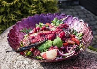 Sałatka z grillowaną kaczką, gruszką i sosem malinowym