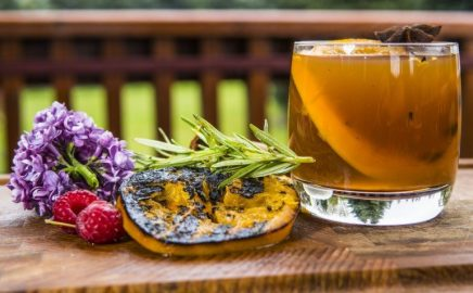 Poncz z grillowanych owoców na bazie cydru, soku z tłoczonych jabłek i żubrówki