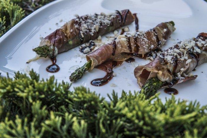 Grillowane szparagi z melonem, szynką parmeńską i orzechem brazylijskim
