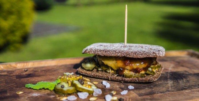 Burger wołowy z ogórkiem, musztardą i serem cheddar