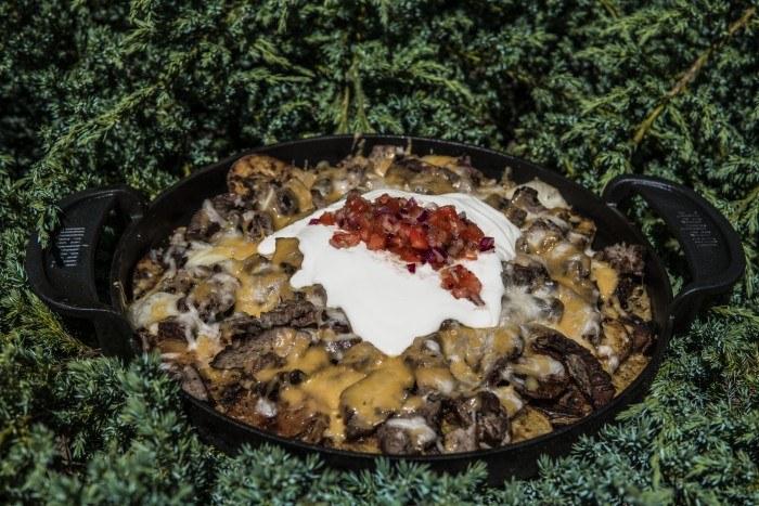 Grillowane Nachosy ziemniaczano-wołowe z salsą pomidorową