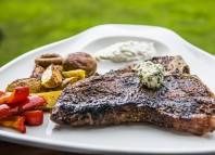 T-Bone Stek z grillowanymi warzywami i sosem czosnkowym