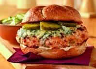 Wędzone burgery z kurczaka z boczkiem i serem z niebieską pleśnią – przepisy na dania z grilla Weber