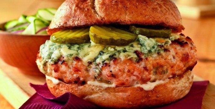 Wędzone burgery z kurczaka – przepisy na dania z grilla Weber