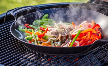 Kolorowe warzywa z woka – przepisy na dania z grilla Weber