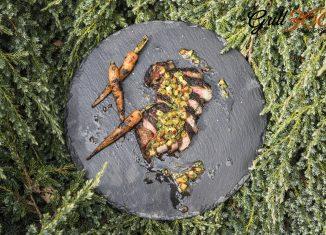 Stek Ribeye podany z sosem chimichurri z dodatkiem ananasa