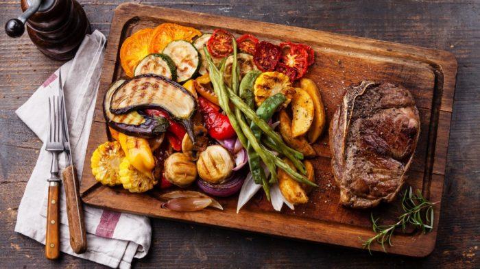 Z czym serwować steki? – kilka pomysłów na dodatki