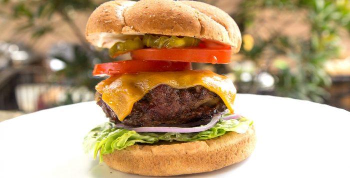 Przepisy na dania z grilla Weber – klasyczny cheeseburger