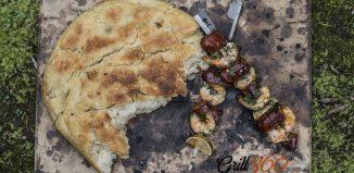 Włoska Focaccia i hiszpański szaszłyk z krewetkami, chorizo i limonką