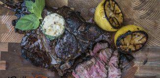 Stek Tomahawk z masłem cytrynowym i miętą