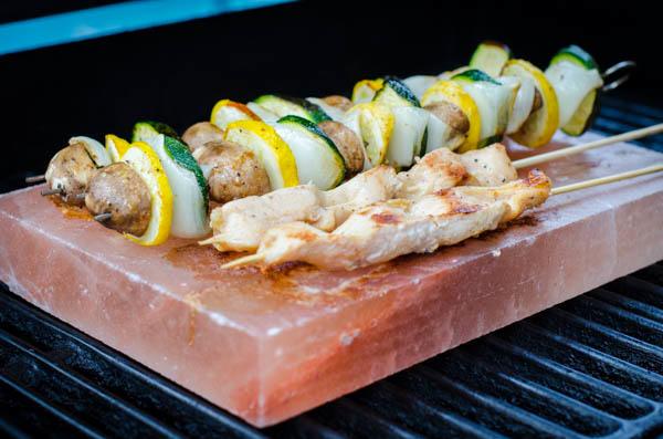 Ten nietypowy gadżet na grilla potrafi zmienić smak potraw. Dzięki niemu są jeszcze lepsze!