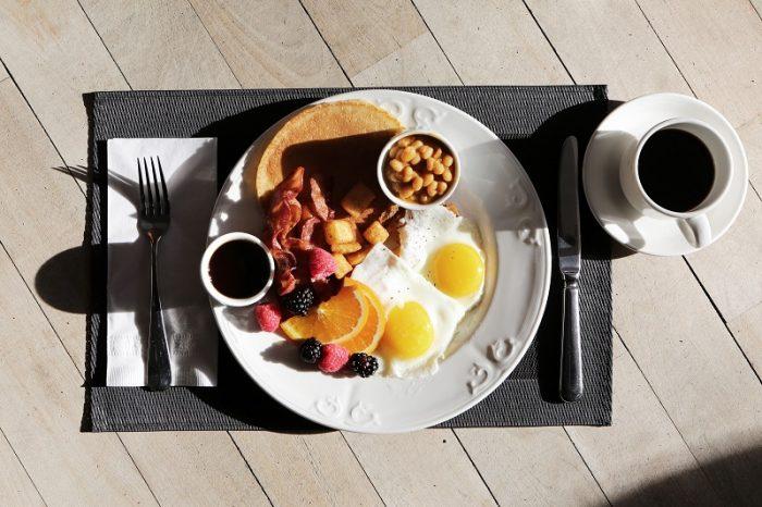 6 pomysłów na śniadanie z grilla [PROSTE PRZEPISY]