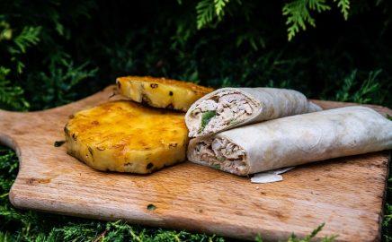 Tortilla z kurczakiem, wędzonym kalafiorem i grillowanym ananasem