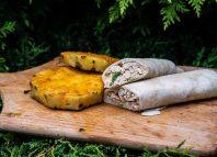 Tortilla zkurczakiem, wędzonym kalafiorem igrillowanym ananasem [PRZEPIS]