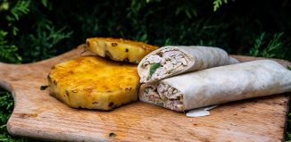 Tortilla z kurczakiem, wędzonym kalafiorem i grillowanym ananasem [PRZEPIS]