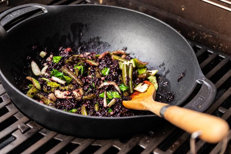 Łosoś z czarnym ryżem