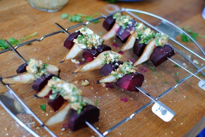 Grillowane szaszłyki z gruszka, burakiem i kozim serem [PRZEPIS HUNGRY EYES]