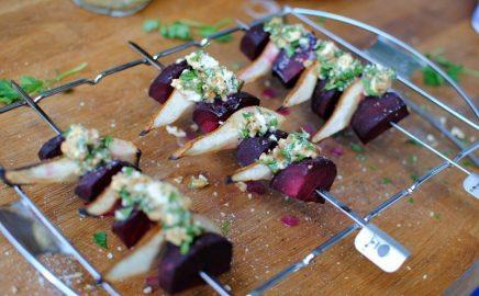 Grillowane szaszłyki z gruszką, burakiem i kozim serem