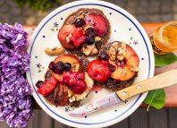 Śniadaniowe placuszki ze śliwkami i musem owocowym [PRZEPIS LALA COMPANY]