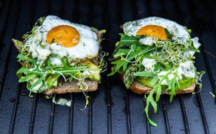Australijskie tosty z awokado i jajkiem