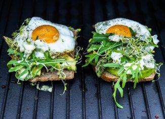 Australijskie tosty z awokado i jajkiem [PRZEPIS LALA COMPANY]