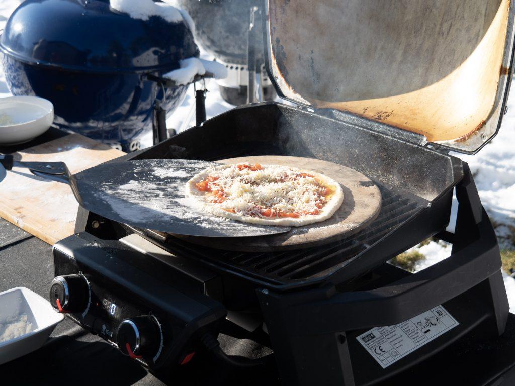 Układanie pizzy na grillu elektrycznym