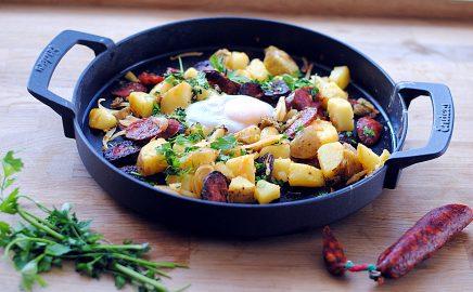 Kiełbasa chorizo z grilla z jajkiem i ziemniakami