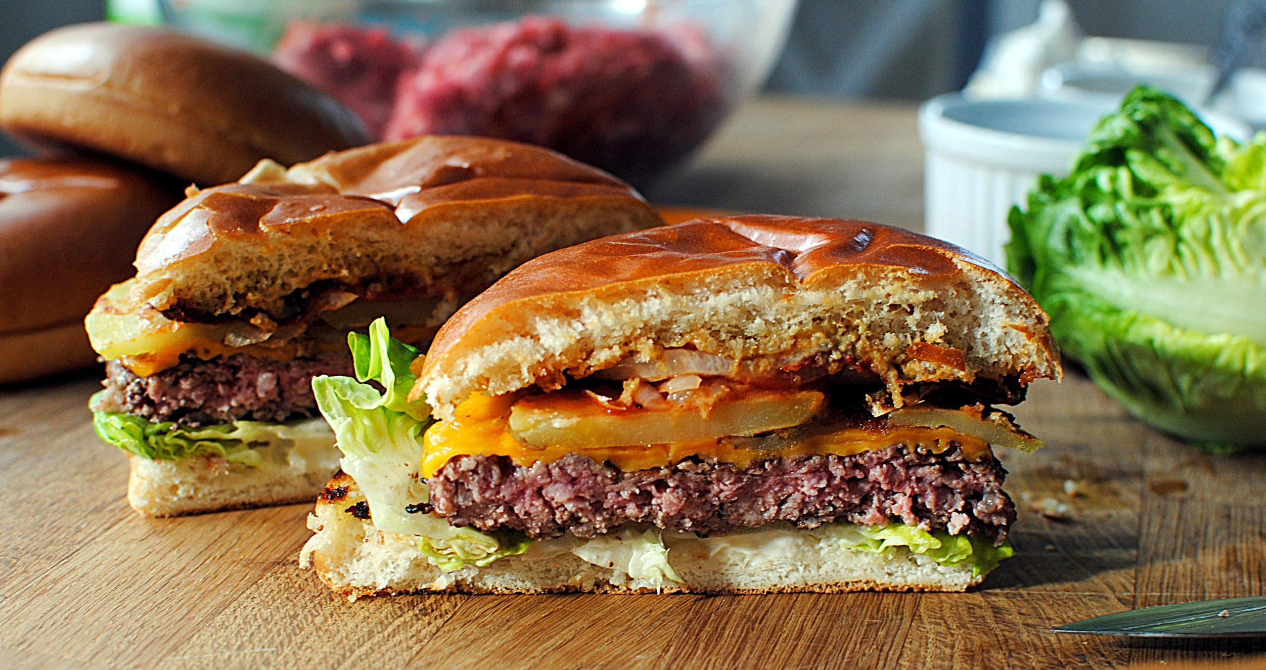Burger z grilla z serem mimolette i papryką chipotle