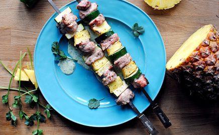 Szaszłyki z grilla z cukinią, ananasem i sosem