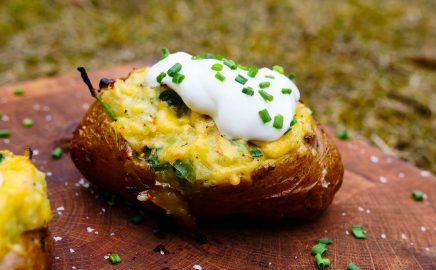 Ziemniaki na grilla z serem, porem i szpinakiem